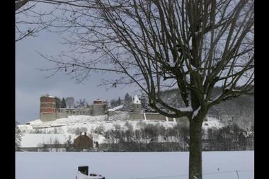 Mon Chalet en Ardennes, chalet dans le village médiéval de Hierges, proche Meuse avec Voie Verte. Accueil Motards - Hierges - Ardennes