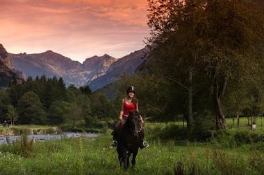 écrin des cimes, coucher de soleil et chevaux
