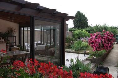 véranda donnant sur la terrasse et le jardin