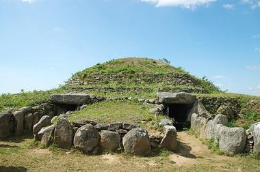 Le tumulus abrite deux chambres funéraires.