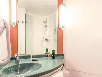 Salle de bains de l'Ibis Saint-Denis stade sud