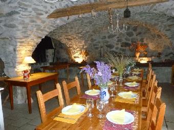 La table d'hôtes dans la salle voûtée
