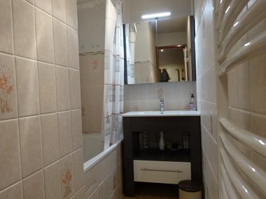 Salle de bain Meublé Mme POBEL Françoise St Léger les Mélèzes