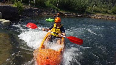 Découvrez le kayak avec votre moniteur au stade d'eaux vives de Millau.