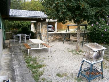 Gîte le Cigalon cour close avec barbecue, balancelle et vue abri voiture