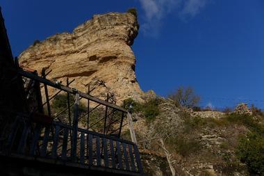 Terrasse sous le rocher de Peyrelade