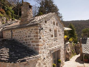 Façade du gîte d'exception Le Colombier Saint Veran Aveyron