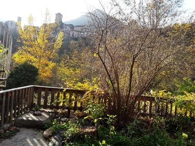 un coin du jardin avec vue sur PEYRELEAU