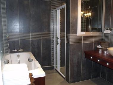 champagne 52 langres hotel la poste salle de bain.