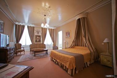 champagne 52 langres hotel la poste chambre suite.