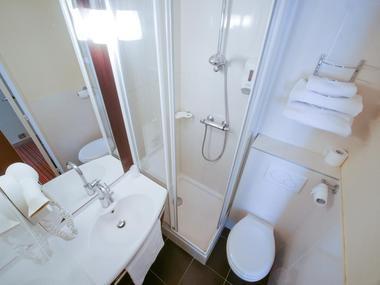 champagne 52 langres hotel inn design salle de bain wc.
