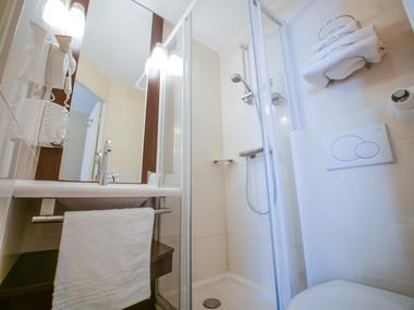 champagne 52 langres hotel inn design salle de bain.