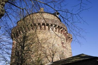 La tour du Papegault, vestige de l'ancienne cité médiévale à Montfort-sur-Meu
