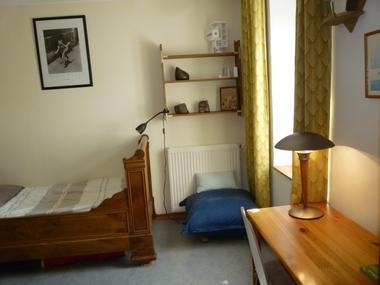 Terre Compagne-chambre etage de la maison - lit 90x180 et coin bureau