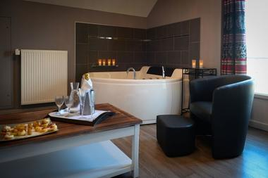 Chambre jacuzzi_Hôtel Oasis 53