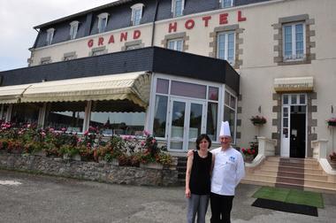 Grand Hôtel Mayenne - Propriétaires devant l'entrée de l'établissement