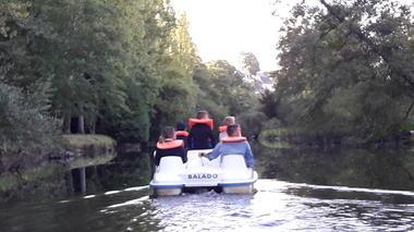 PEDALO sur la riviere la Varenne camping le Parc de Vaux Ambrières les vallées