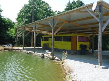 camping du Bas Maine à la Croixille : bus aménagé