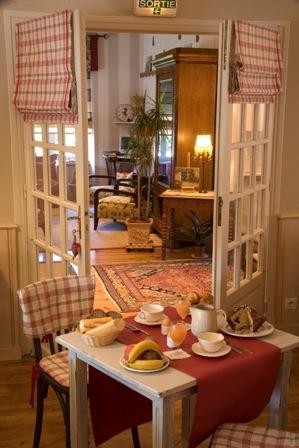 tablepetitdejeuner2-hotelbonrepos-jarno-argelesgazost-HautesPyrenees.jpg