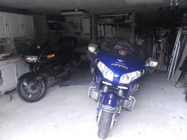 Pour les voyageurs à moto, garage fermé pour 2 ou 3 motos