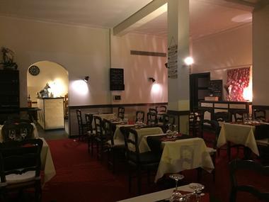 Aux Acacias Restaurant à Lisieux Salle et tables