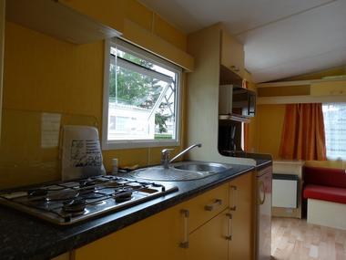 Camping de la Vallée à Lisieux Espace cuisine dans le mobil home