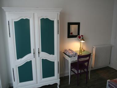 Chambre-cote-rue-avec-2-lits-simples-2