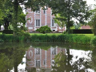Ferme du Château Gite au Pin Chez Rebecca Whitehead plan d'eau chateau