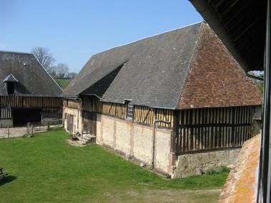La Ferme du Chateau de Courtonne - gite - Philippe Gurrey - Fauguernon (vue exterieure)