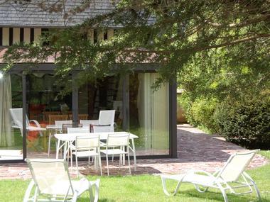 Le Moulin du Saut de la Truite Gite de Thierry Lelong à Hermival-les-Vaux 10 Véranda vue du jardin