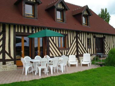 Location à Lessard et le Chêne, maison et terrasse