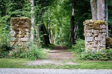 Entrée du parc XVIIIe s. par la RD14B et la rue du château à JOURS-EN-VAUX