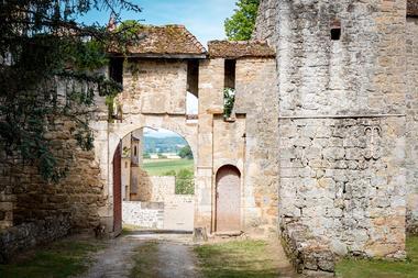 Entrée principale du château : Porterie XVe s. avec vue sur le Mont Beuvray et tour de prison XVIe s.
