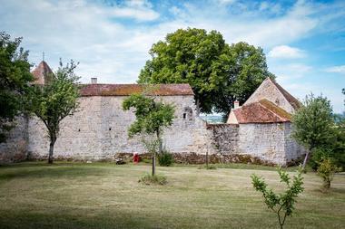 Vue des anciens remparts du château à partir du verger conservatoire