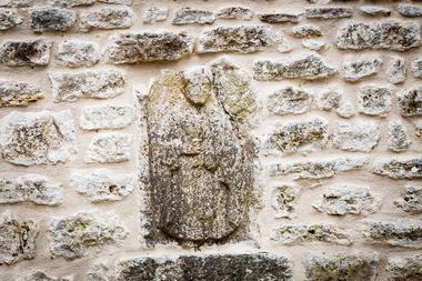Stèle gallo-romaine dans la muraille au centre de la cour intérieure
