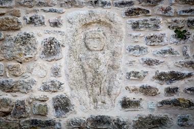 Mercure gaulois dans la muraille au centre de la cour intérieure
