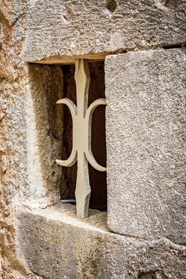 Fenêtre de la tour de prison XVIe s. composée d''un cachot, d''une prison, et d''un colombier en son sommet