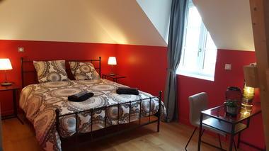 chambre rouge et sa salle de douche