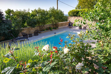 Piscine et jardins proches du gîte Les Lilas