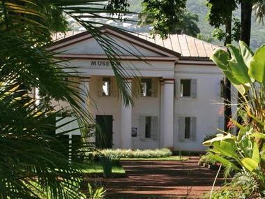 Le musée occupe les locaux du Palais législatif construit par Duval Pirou qui abrita aussi le Conseil Colonial. - Muséum d'Histoire Naturelle