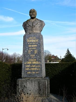 Statue Bonvalot BLC, FR (1).JPG