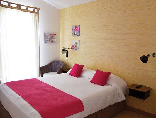 chambre rose lit double sans fil ni mini bar jpeg.jpg
