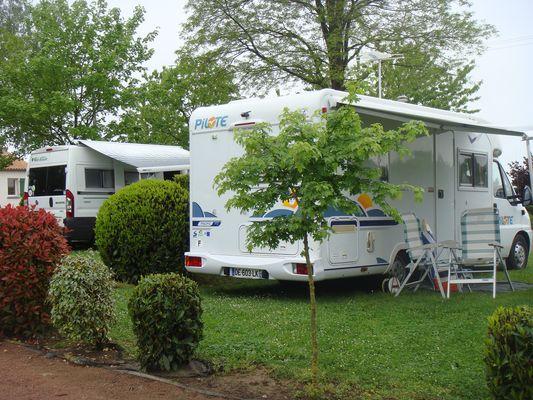 Argentonnay-camping-du-lac-dhautibus-aire-camping-car-sit.jpg