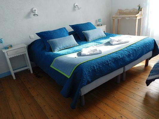 Les Brulonnes-chambre-bleue-vue5.jpg