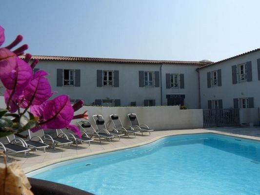 apparthotel-perledere-iledere-lacouarde-piscine-3.JPG