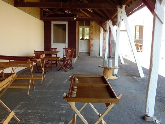 combrand-gite-ecole-buissonniere-cour-terrasse.jpg