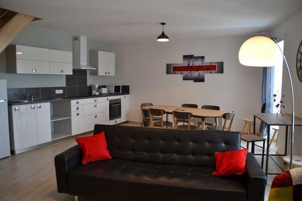 mauleon-gite-du-renard-le-soleil-couchant-cuisine-salon.jpg