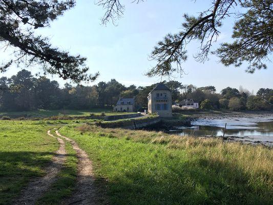 vue sur le chemin menant à la maison au moulin à marée.jpg