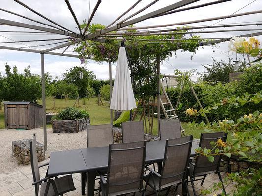 Harmonies-Gîte-bioclimatique-terrasse-jardin-verger.jpg