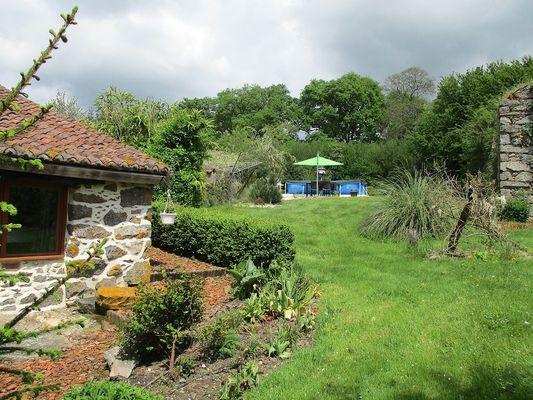 La Foret-sur-sevre-gite-de-PeachCottage-jardin-sit.jpg